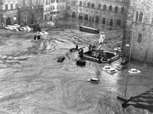 Alluvione_di_Firenze_Piazza_storica_inondata_73081